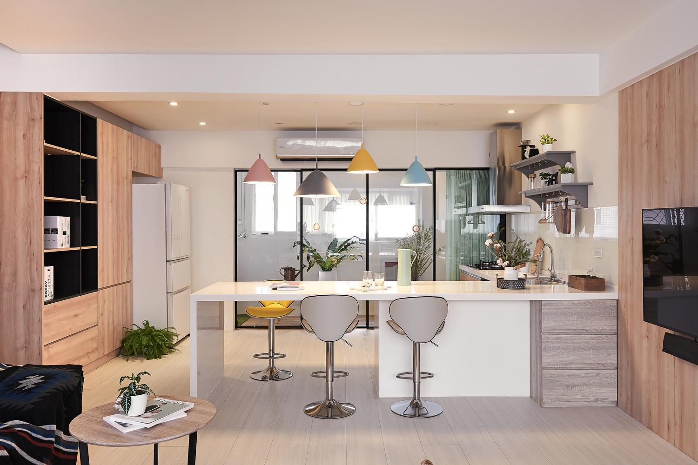 Phòng bếp lấy tông trắng làm chủ đạo và điểm xuyết các sắc màu tươi sáng