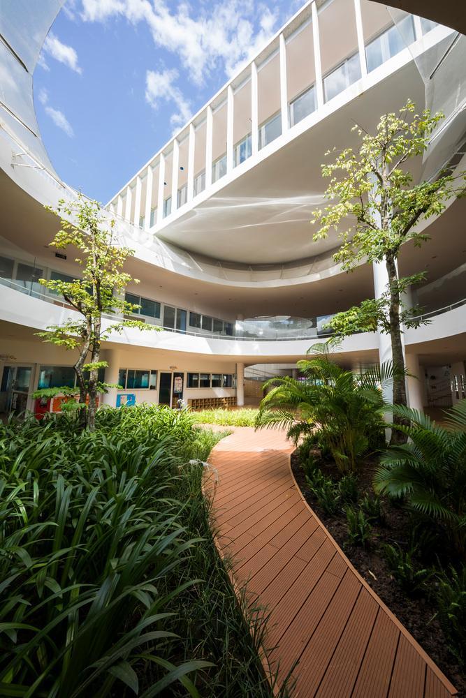 Trường gồm 2 khối riêng biệt, dạng đồi ốc và khối hình học nằm trên ngọn đồi.