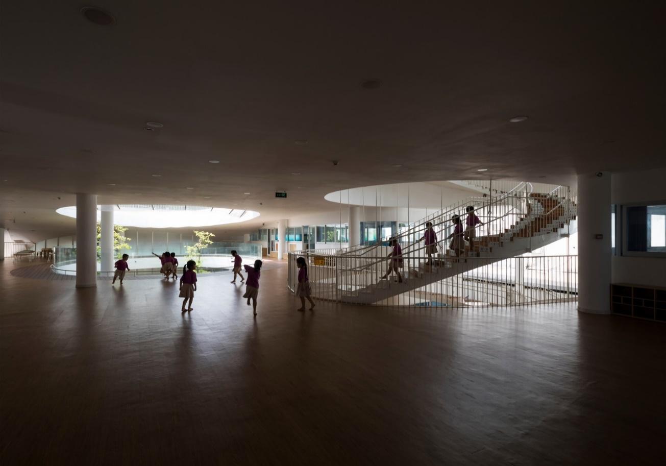 Không gian đồi ốc bên dưới phục vụ các lớp học liên kết với hội trường đa năng, là trung tâm của trường mẫu giáo.