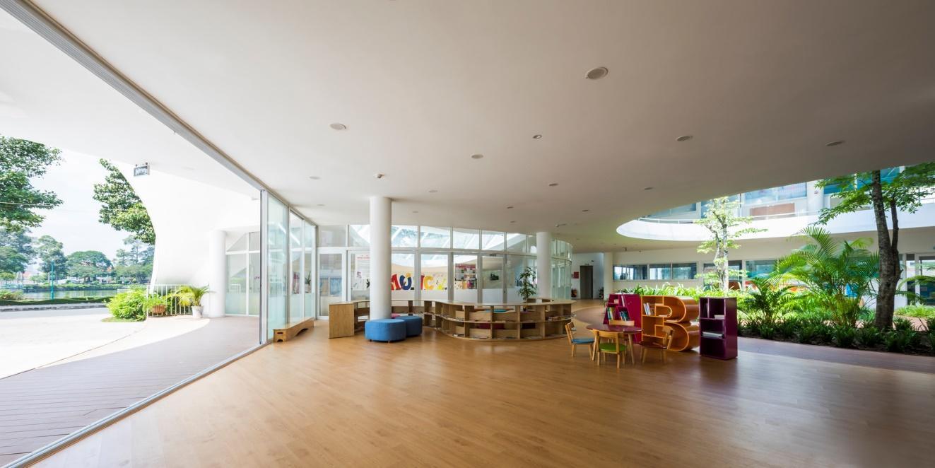 Trường cũng có những sân chơi cảnh quan rộng, để phụ huynh và trẻ nhỏ tương tác với nhau.