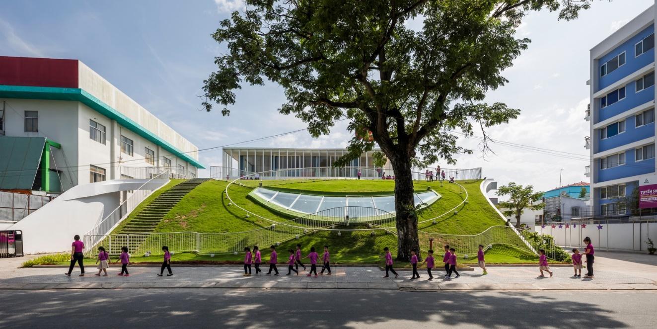 Nhìn từ xa, trường mẫu giáo giống như được xây dựng trong lòng một quả đồi.