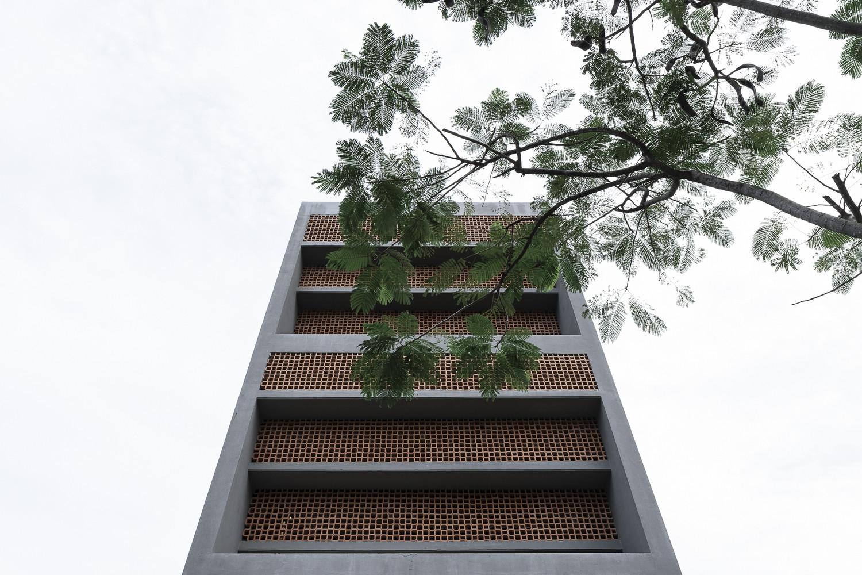 Mặt tiền của ngôi nhà là dạng dầm bê tông đúc chéo được che bóng từ bên ngoài với chức năng ngăn chặn ảnh hưởng xấu của thời tiết.