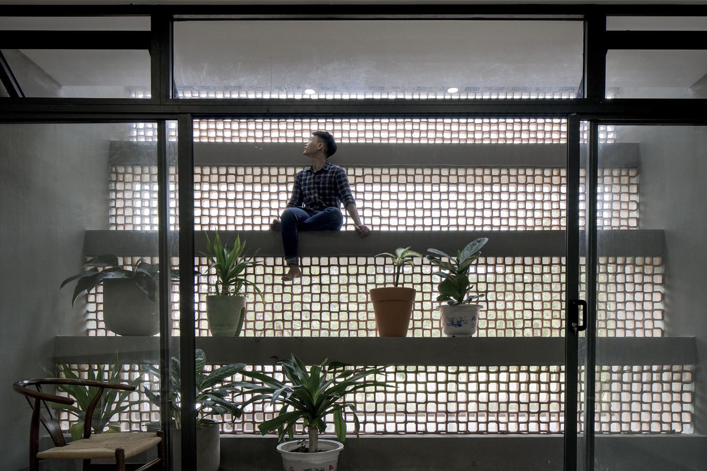 Tấm lưới chống côn trùng và gạch thông gió tạo thành lớp màng bảo vệ, bao trùm cả tòa nhà.