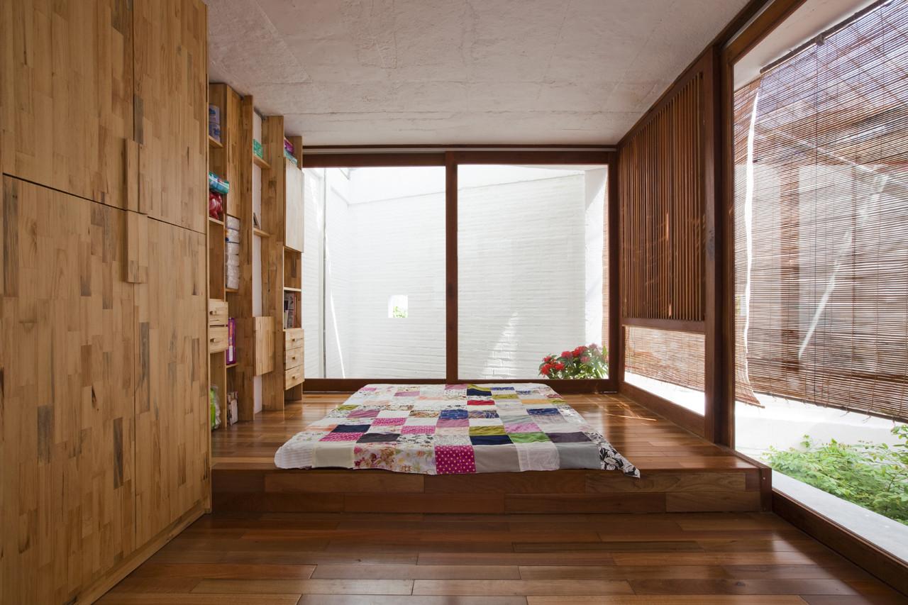 Một bên là phòng ngủ. Phòng ngủ đón ánh sáng tự nhiên nhờ giếng trời và cửa sổ