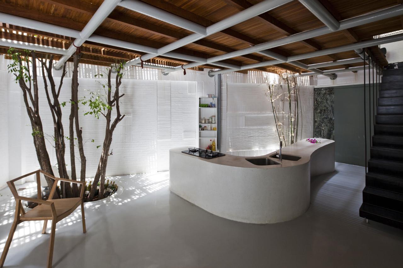 Ngôi nhà được xây dựng với 3 tầng, trong đó, tầng 1 được bố trí phòng bếp, phòng ăn và nhà vệ sinh.