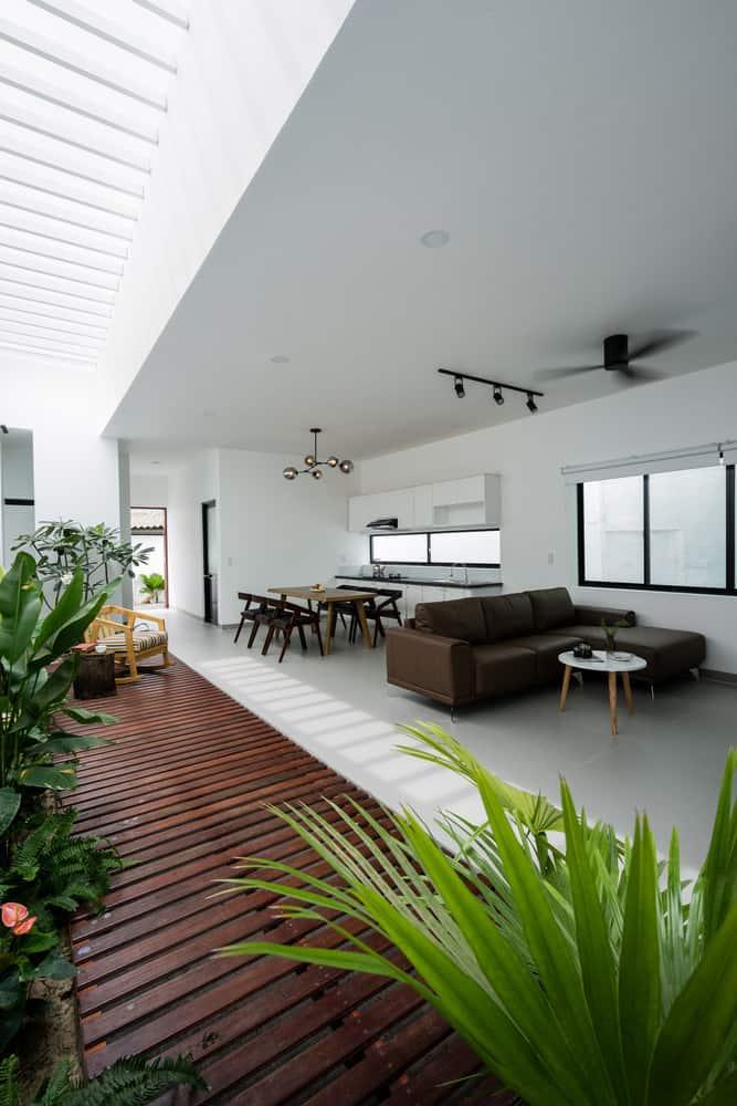 Phòng khách và phòng bếp thoáng đãng nhờ có hệ thống cửa sổ và giếng trời