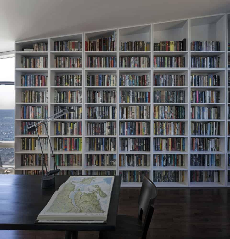 Giá sách có ở mọi nơi, được thiết kế tận dụng diện tích, chạy dọc theo các ô cửa và lối đi.