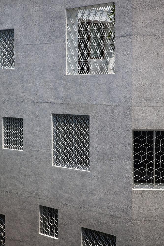 Các ô cửa sổ được thiết kế bằng lưới thép với các mắt lưới tạo ra điểm dừng mắt từ bên ngoài, góp phần tăng tính riêng tư cho không gian phía trong