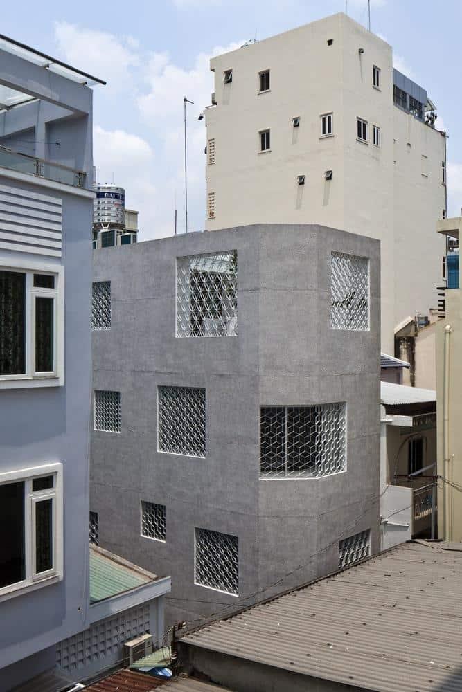 Từ bên ngoài khó có thể nhìn rõ thiết kế bên trong ngôi nhà