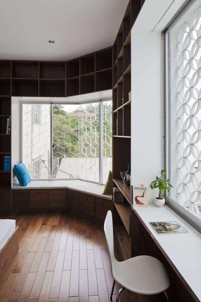 Một góc nhỏ trong ngôi nhà với nguồn sáng tự nhiên từ cửa sổ ở 2 phía