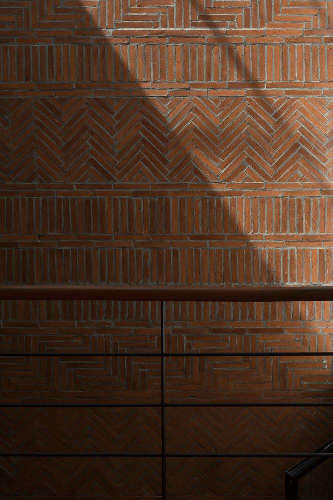 Bức tường ốp gạch cổ Bát Tràng tạo điểm nhấn cho kiến trúc văn hóa Bắc Bộ