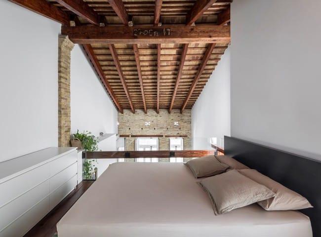 Phần mái nhô cao lên nhất được thiết kế thêm gác lửng để làm phòng ngủ của gia chủ