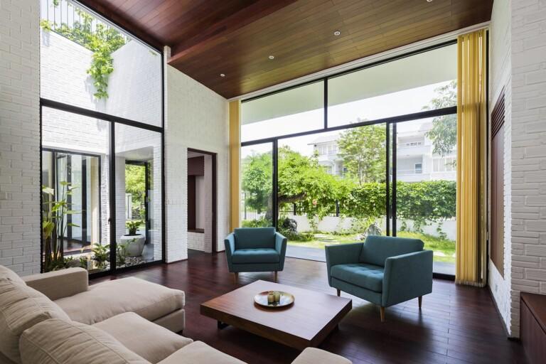Phòng khách được thiết kế mở, đem không gian của thiên nhiên vào trong căn nhà