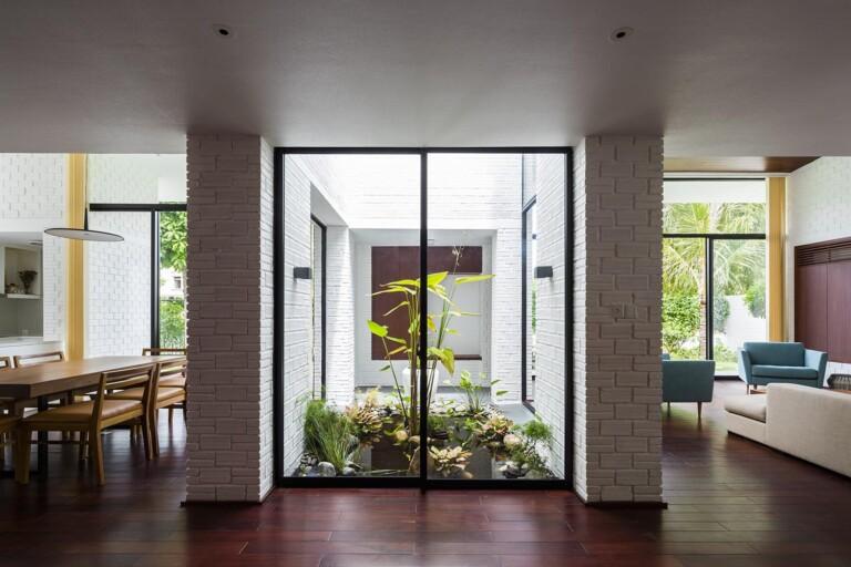 Bên trong ngôi nhà, kiến trúc sư bố trí tiểu canh đẹp mắt, tạo cảm giác gần gũi với thiên nhiên.