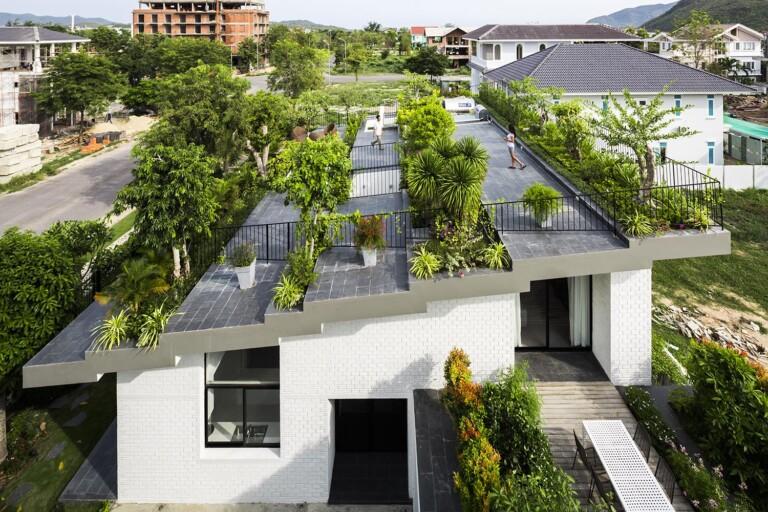 Độc lạ: Căn nhà dân có nguyên công viên thu nhỏ trên mái.