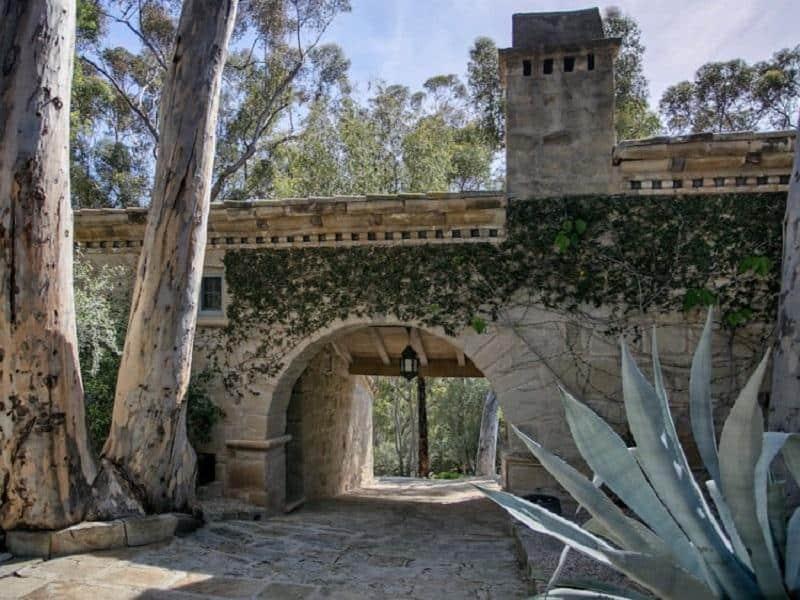 Căn biệt thự có kiến trúc giống như một toà lâu đài cổ.