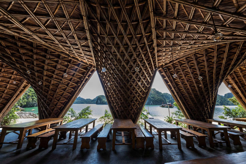 Được thiết kế ấn tượng theo kiểu lượn sóng, khu vực nhà hàng có không gian bán ngoài trời để tạo nên các tương tác.
