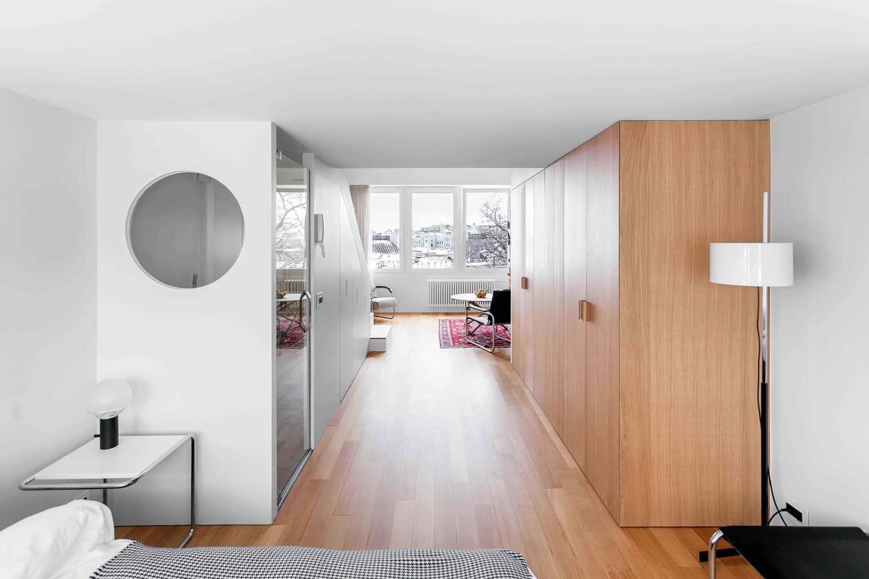 Thiết kế 2 tủ dọc nhấn vào chiều sâu chạy theo chiều dài của nhà
