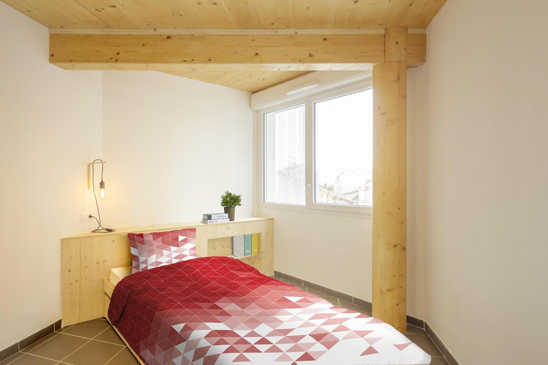 Các phòng đều có cửa sổ lớn nhìn ra ngoài giúp căn nhà tràn ngập ánh sáng tự nhiên