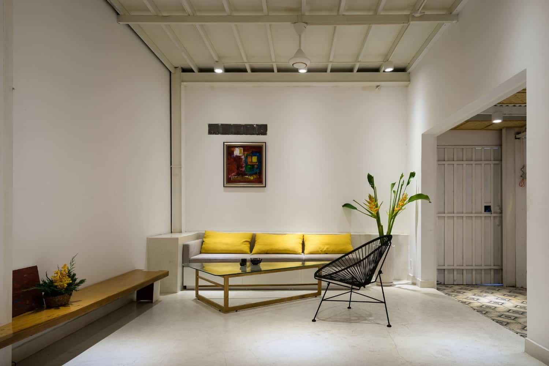 Màu sắc chủ đạo của ngôi nhà là màu trắng. Màu đỏ, màu vàng cũng được sử dụng trong một chi tiết nhằm tạo ấn tượng cho không gian, tạo sự sang trọng và điểm nhấn.