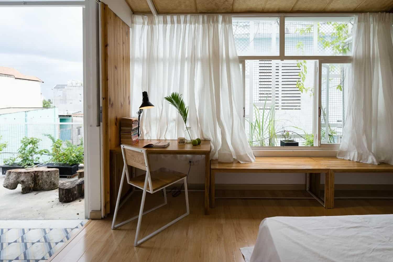 Phòng ngủ chính mở ra vườn, giếng trời và phòng tắm.
