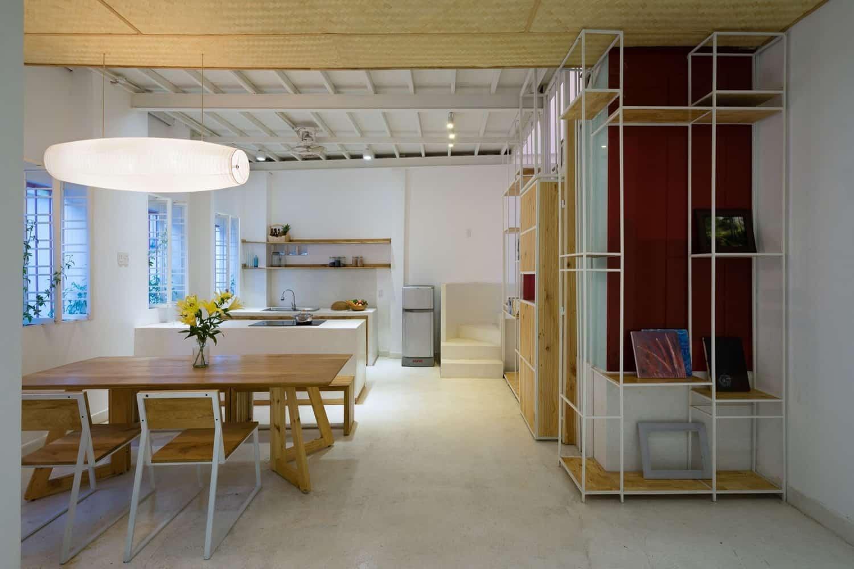 KTS sử dụng các vật liệu có sẵn làm vật liệu hoàn thiện như đá mài, cọc tre... để tiết kiệm chi phí và tạo cảm giác gần gũi hơn cho ngôi nhà.