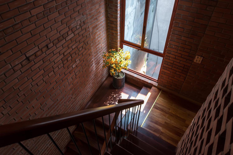 Một góc nhỏ đón nắng trên cầu thang dẫn lên phòng ngủ