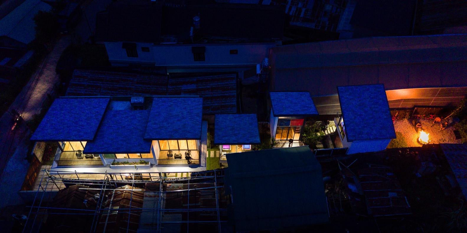 Cảnh homestay từ trên cao được chụp vào ban đêm
