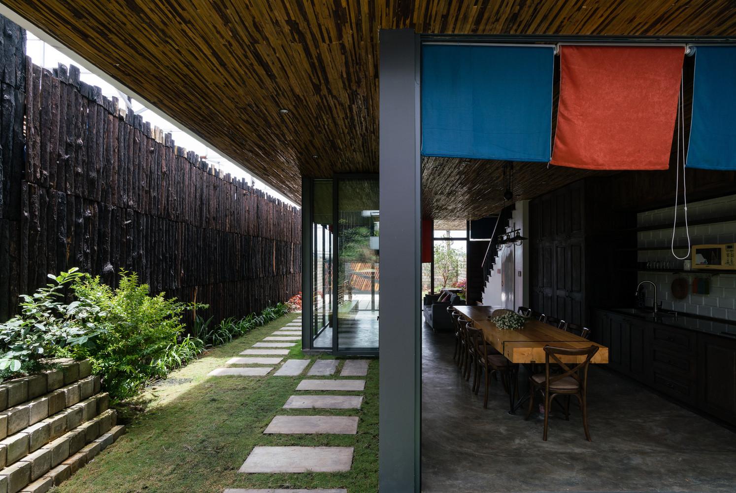 Gỗ cây nhỏ được sử dụng làm vật liệu chính để xây dựng căn nhà
