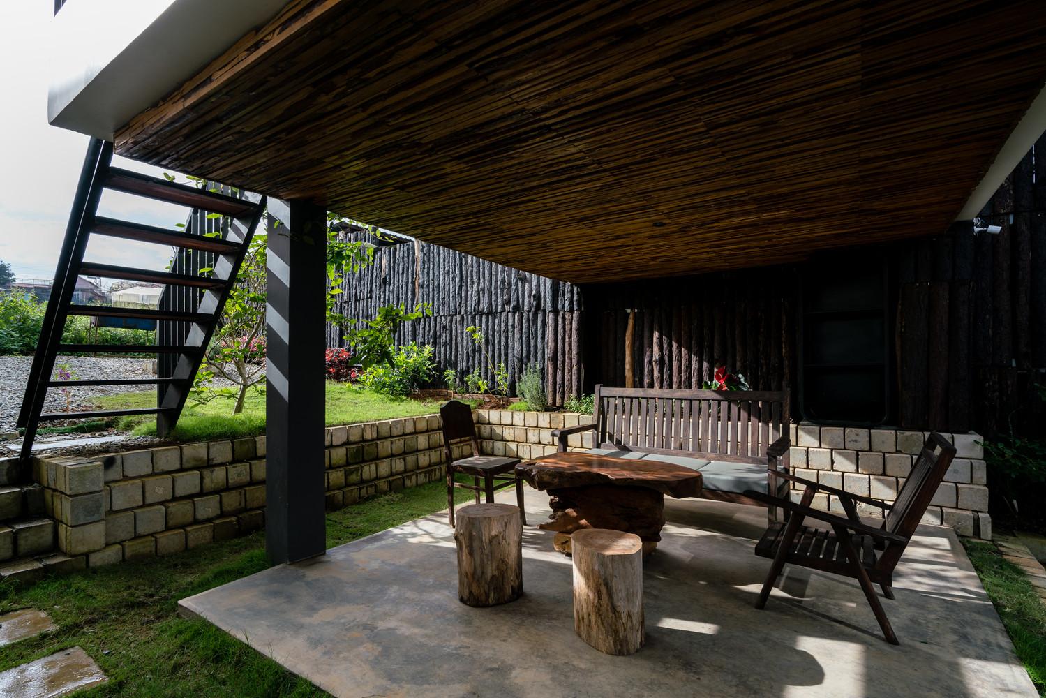 """Bàn uống nước làm từ thân cây, đặt ở nơi đón nắng, đón gió giúp du khách có thể tận hưởng không khí """"rất Đà Lạt"""""""