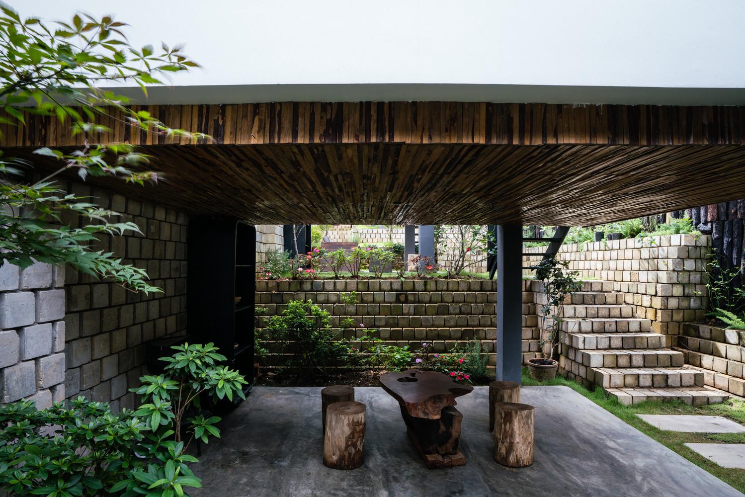 Các không gian sinh hoạt chung khá mát mẻ, dễ chịu với hoa thơm, cỏ mát và cây cối xanh mượt mà