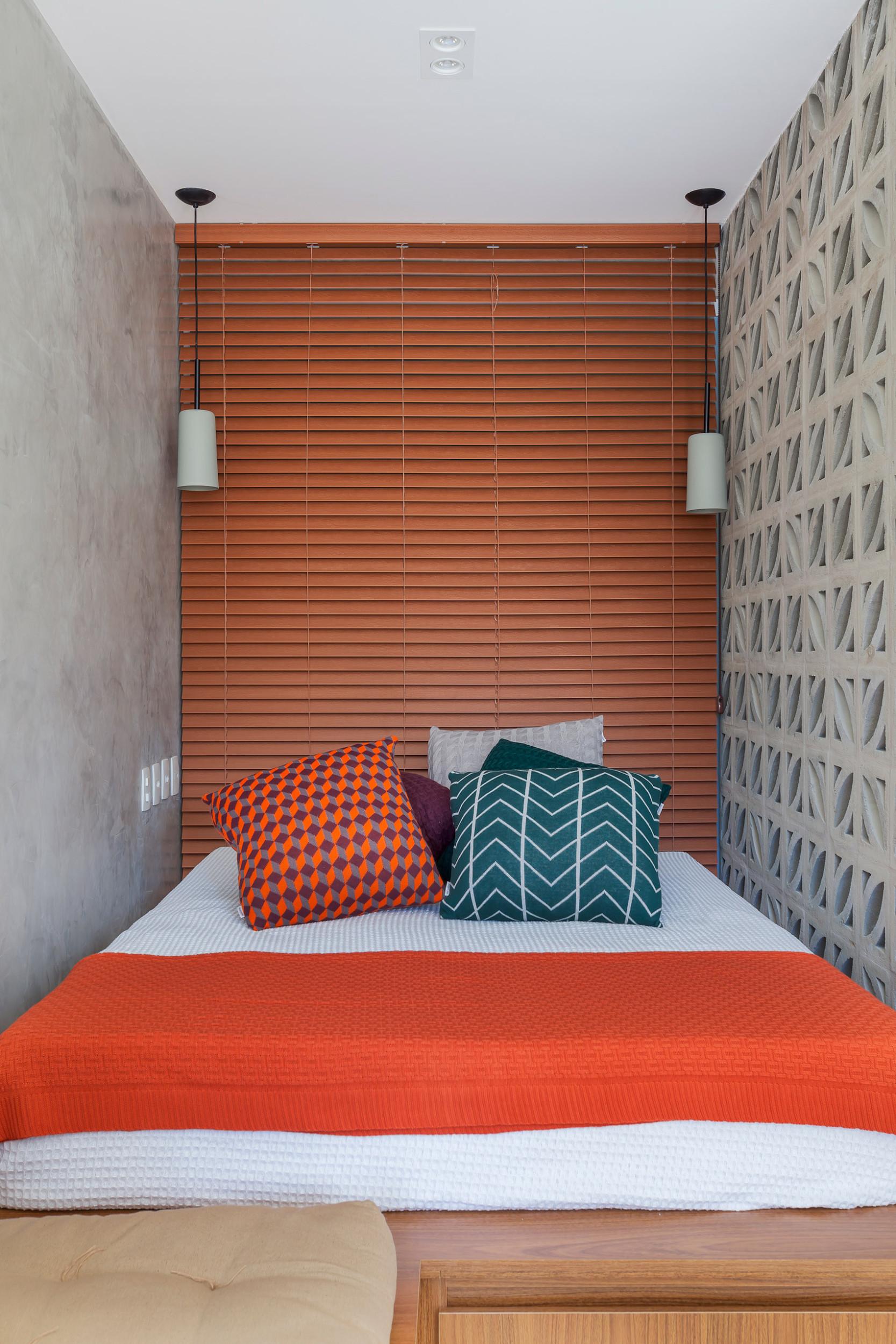 Giường ngủ được bao quanh bởi 3 bức tường. Nhờ sự kết hợp màu sắc thông minh, không gian ngủ không những không bí bách mà còn rất hợp lý, hài hoà