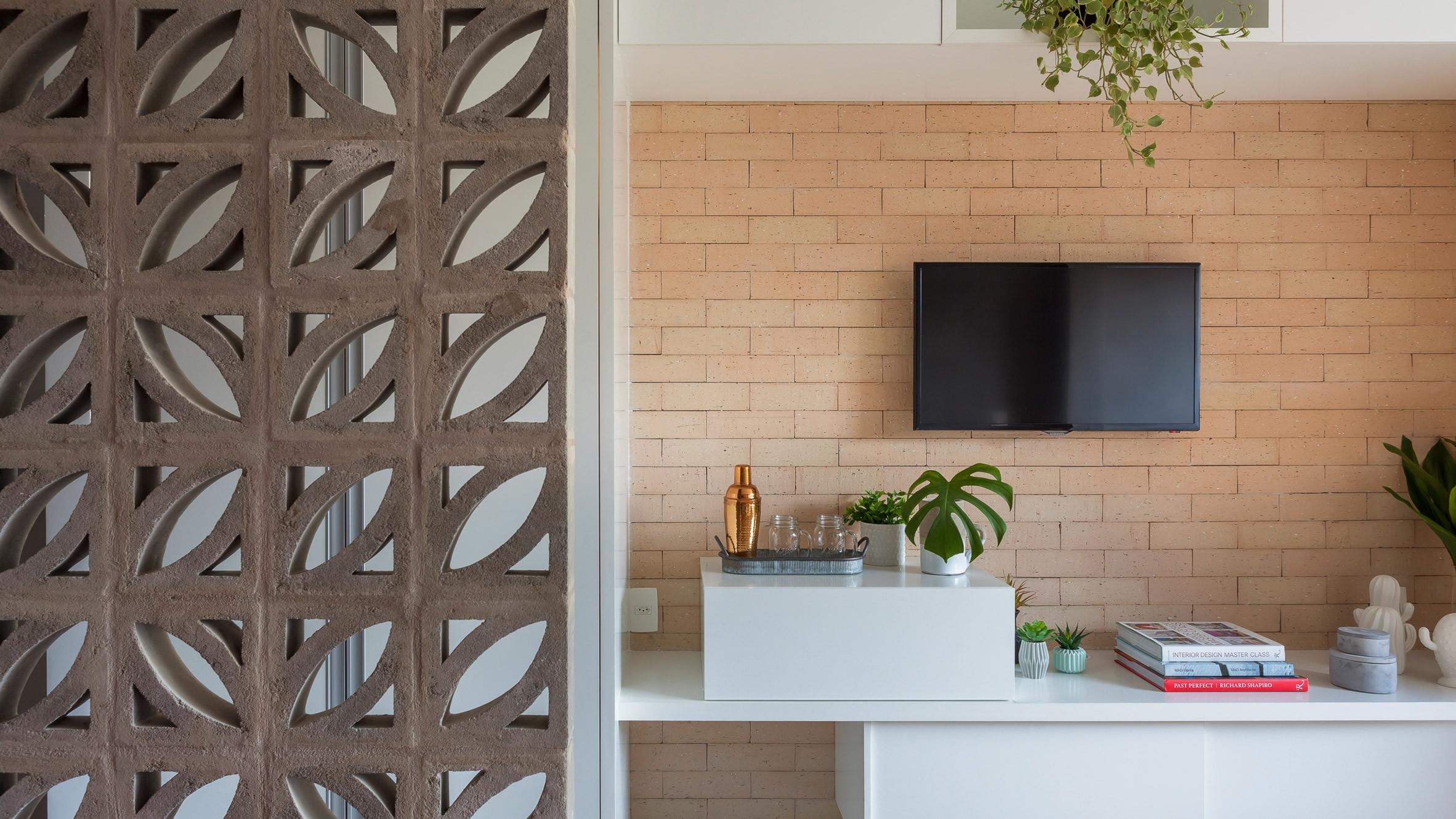 Dù diện tích căn hộ chỉ đạt 27 m2, song với cách thiết kế thông minh, chủ nhà vẫn có không gian để đặt kệ trang trí