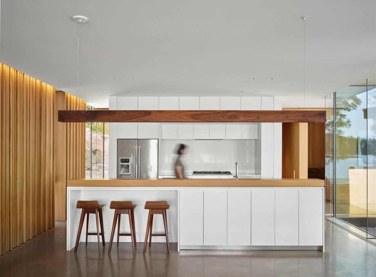 Tông màu trắng đóng vai trò chủ đạo trong thiết kế ngôi nhà, cùng với đó là rất nhiều vật dụng được làm từ gỗ tự nhiên.