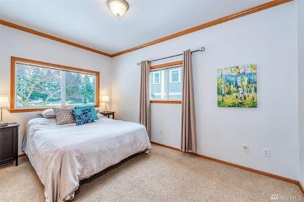 Phòng ngủ với màu sắc trang nhã, phần nền được lót thảm tạo sự ấm cúng.