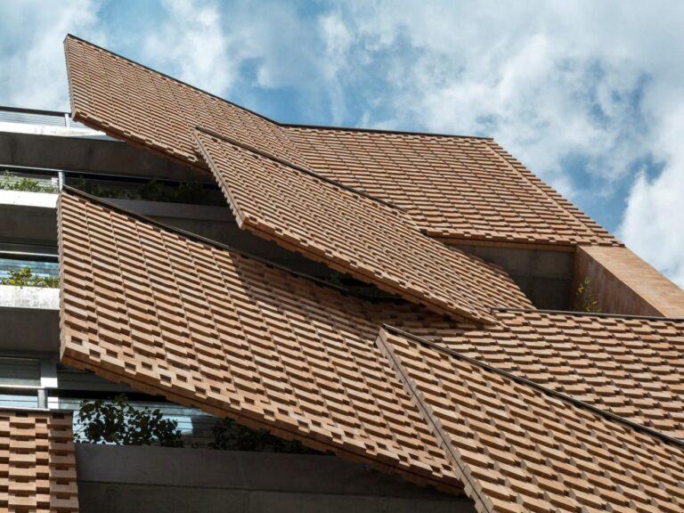 Giải pháp mà kiến trúc sư đưa ra là lớp gạch được thiết kế theo chiều thẳng đứng và nghiêng vừa đáp ứng yêu cầu của chủ nhà, vừa tạo ra những công dụng đặc biệt.