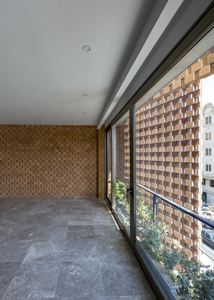 Gạch nền và gạch ốp tường bên trong căn nhà cũng tạo cảm giác mát mẻ.