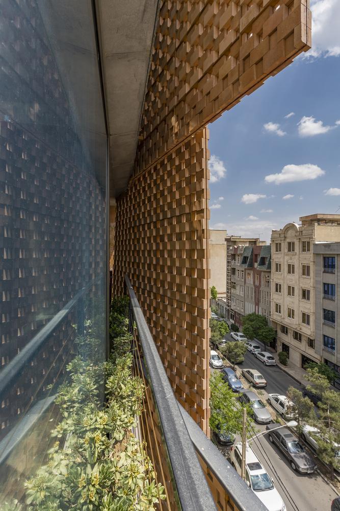 Phần giữa lớp gạch và tường kính cho phép trồng cây xanh, hoa.
