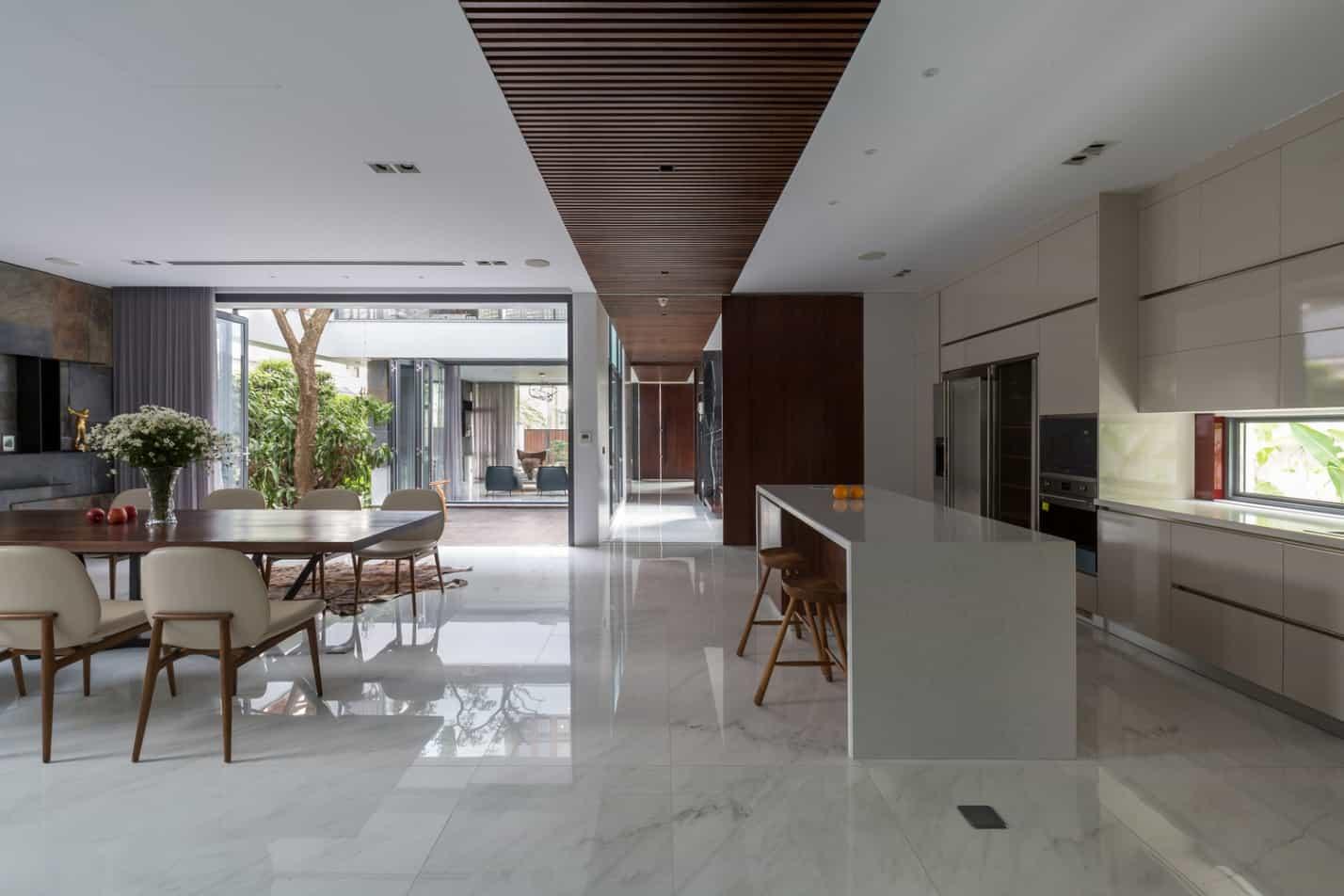 Không gian mở giữa phòng khách và nhà bếp.