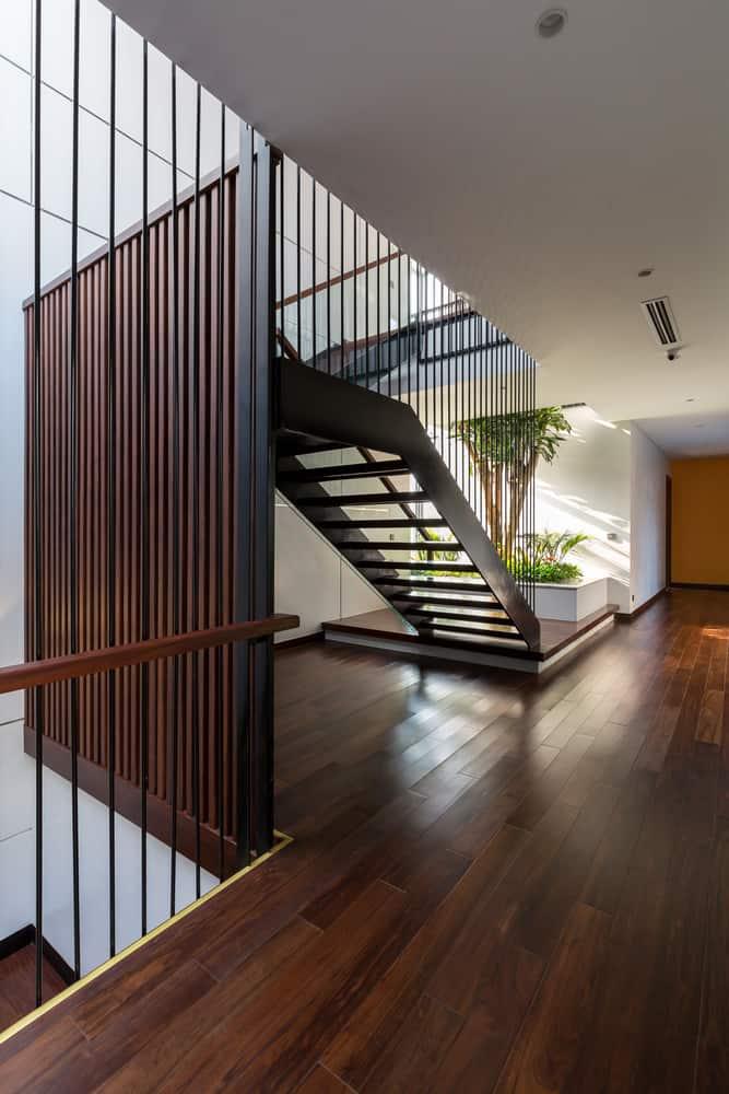 Ngay cả góc cầu thang trong ngôi nhà cũng luôn ngập tràn ánh nắng