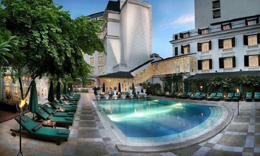 Bể bơi khách sạn.
