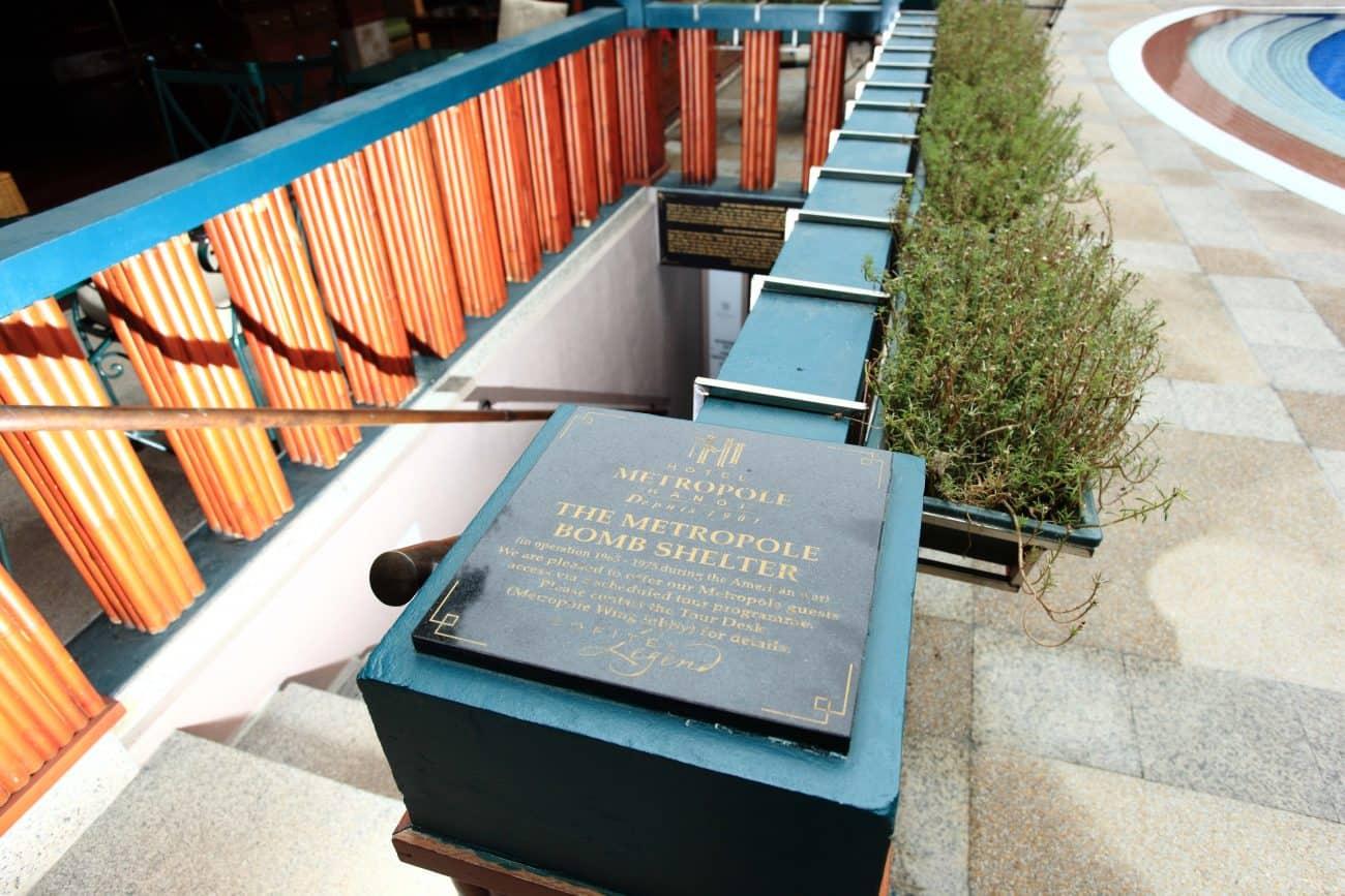 Hầm trú bom nằm cạnh bể bơi của khách sạn
