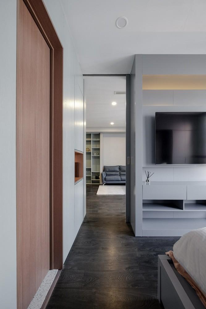 Ở lối vào phòng ngủ bố mẹ, cánh cửa gỗ bên cạnh mở ra toilet