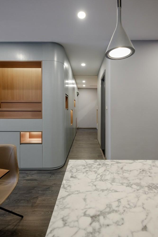 Sau khi cải tạo, bên cạnh lối đi chính như trước đây, căn hộ có thêm lối đi phụ dọc theo bức tường đặc trưng giúp kết nối toàn bộ không gian với nhau.
