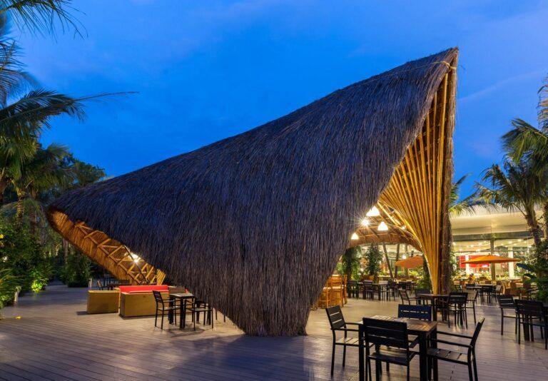 Cấu trúc chính của gian hàng gồm 4 bề mặt đối xứng ở trước và hai bên. Do tre cứng, thẳng nên muốn làm vòm mái cong, các kiến trúc sư đã phải dùng tới cột thép cong.
