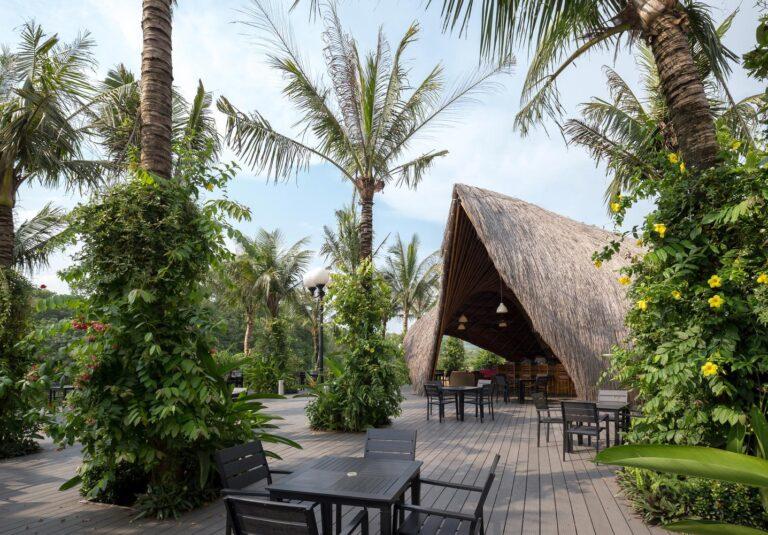 Gian hàng nằm cạnh hồ bơi và nhà hàng, xung quanh còn có nhiều cây xanh mát mẻ.