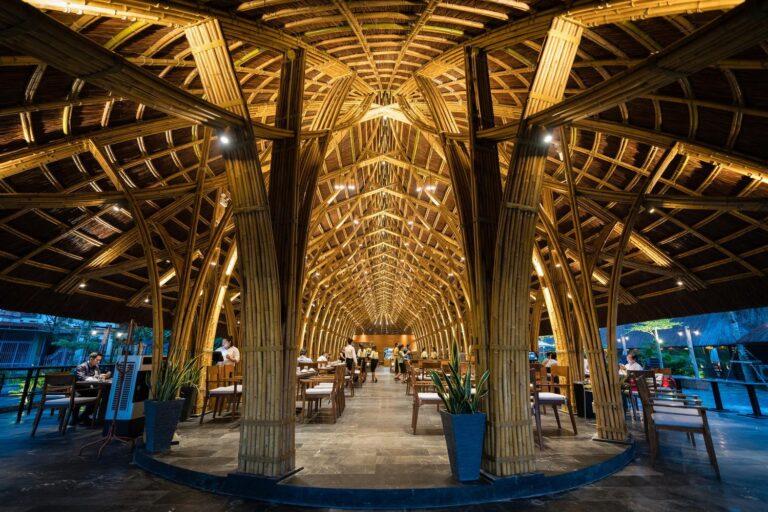 Tòa nhà có kiến trúc hoàn toàn mở, kết nối hài hòa với thiên nhiên. Cấu trúc chính được xây dựng một cách rất đơn giản và tận dụng các đặc tính của tre.