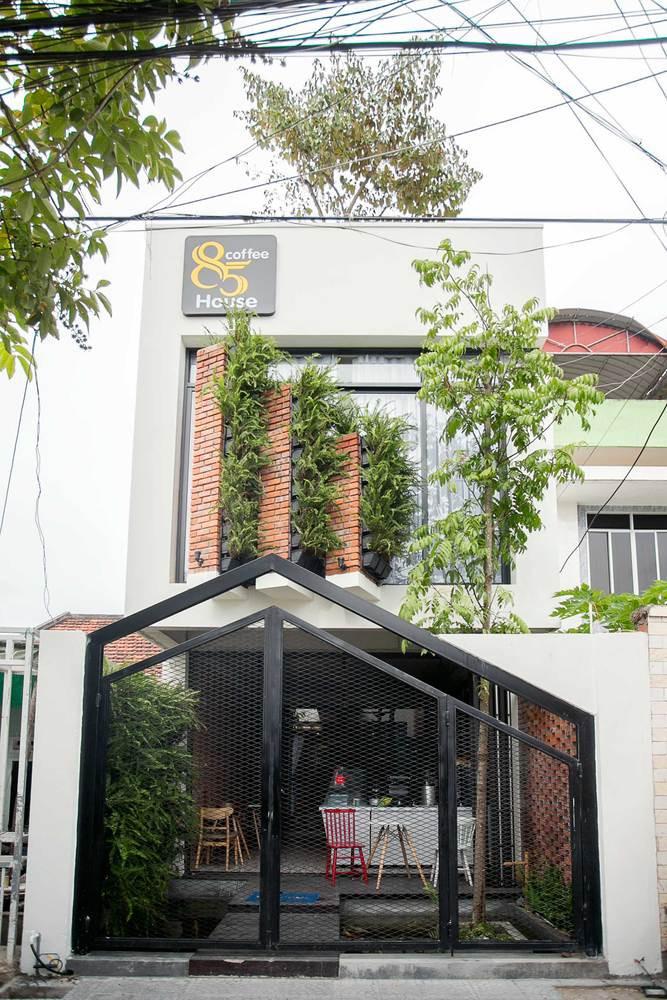 Phía ngoài của ngôi nhà có phần chiều dài gấp 8 lần chiều rộng. 85 Coffee House / 85 Design