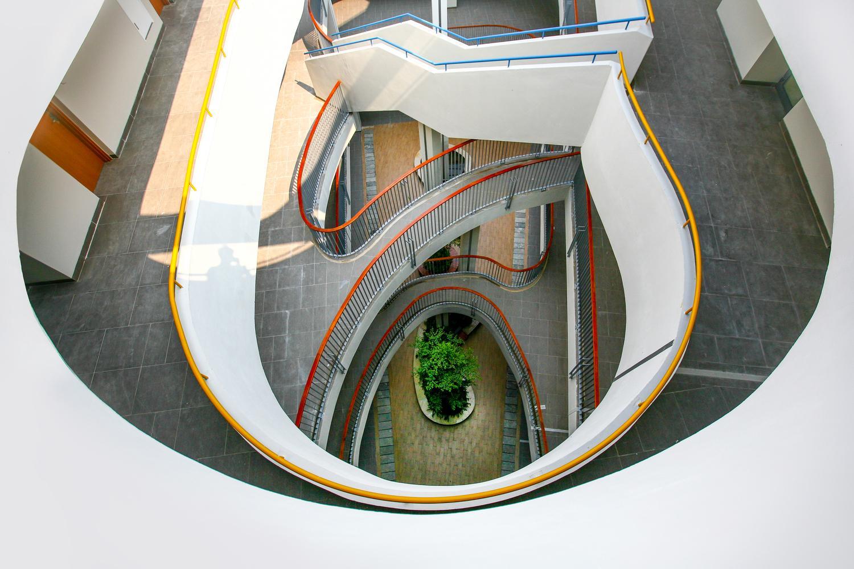 Hệ thống cầu thang gắn kết các tầng lầu
