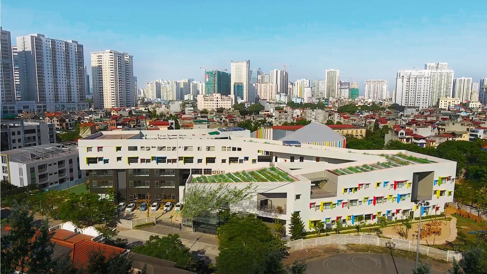 Hình ảnh ngôi trường, xung quanh là các cao ốc